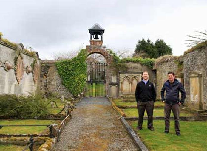 El Dr. Chris Bowles (izquierda) con Colin Gilmour, jefe del Proyecto Plan de Regeneración de la Zona Protegida de Selkirk, en Auld Kirk. (Scottish Borders Council)