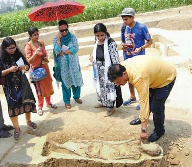 Arqueólogos en el yacimiento de Baghpat, India. (G.N. Jha)
