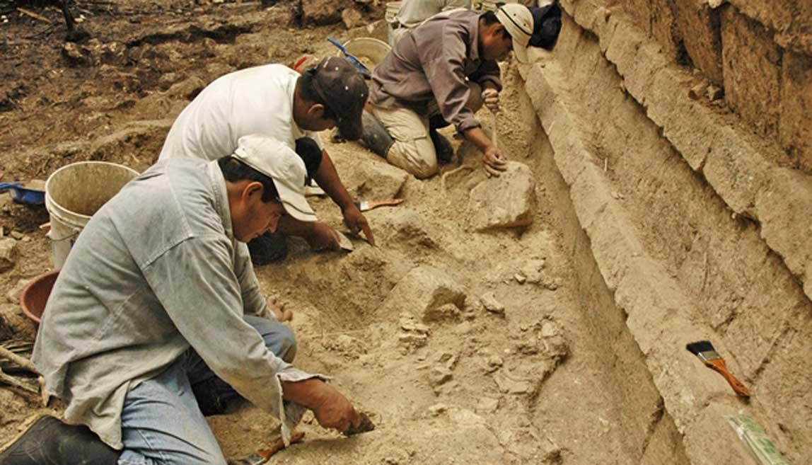 El equipo arqueológico de Inomata trabajando en el antiguo asentamiento maya de Ceibal (Guatemala). (Fotografía: Takeshi Inomata)