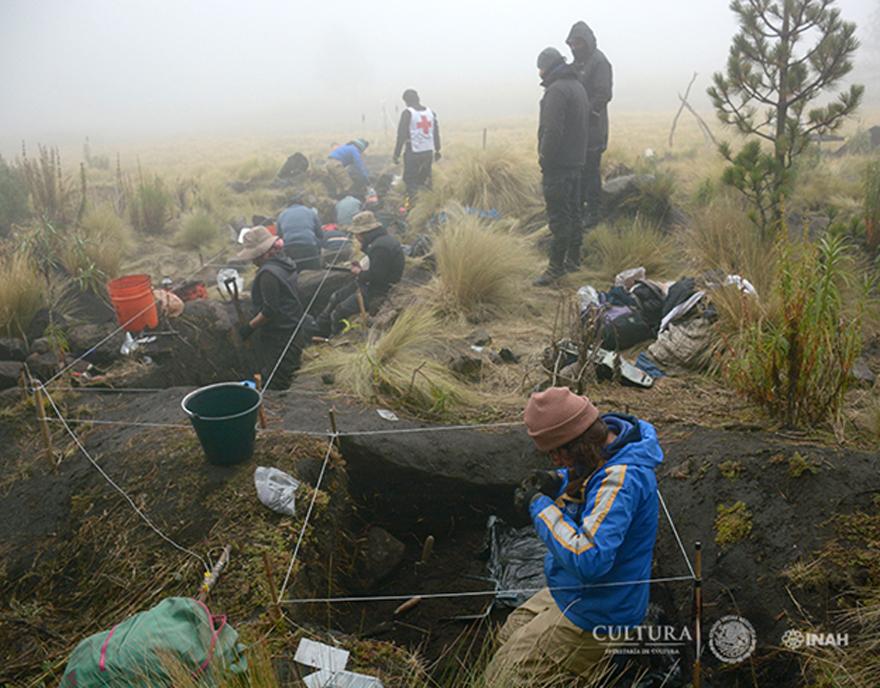 El proyecto ha recuperado numerosos fragmentos de cerámica, herramientas de piedra y otros objetos en el yacimiento. (Imagen: Isaac Gómez, cortesía de Proyecto Arqueológico Nahualac, SAS-INAH.)