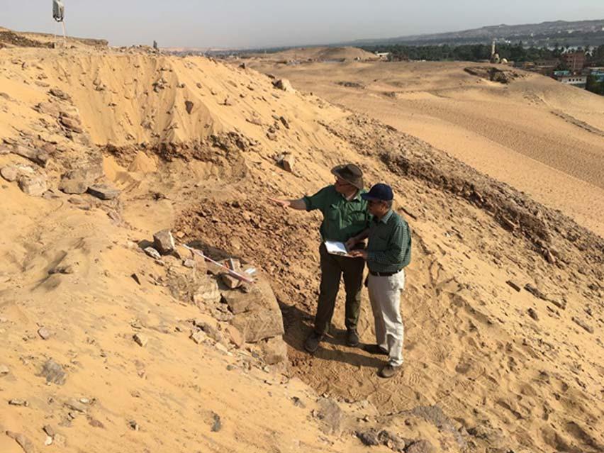 El Dr. Martin Bommas y Nasr Salama (director general de antigüedades de Asuán y Nubia) comparten impresiones acerca del reciente descubrimiento de un muro en el yacimiento de Qubbet Al-Hawa. (Sociedad para la Exploración de Egipto)