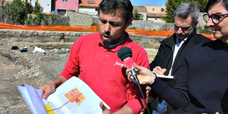 El director de las excavaciones, Philippe Cayn, presentando el proyecto a la prensa hace unos días. (Fotografía: Midi Libre).