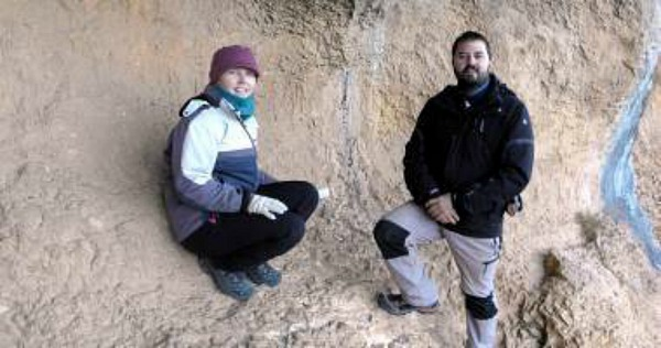 Dídac Roman e Inés Domingo, los dos jóvenes arqueólogos que han descubierto recientemente unas pinturas rupestres con una escena de caza de jabalíes en el municipio castellonense de Villafranca del Cid. (Fotografía: El Periódico Mediterráneo)