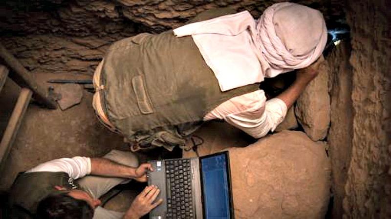 Los especialistas españoles estudiando una de las cavidades encontradas. (Fotografía: Qubbet el Hawa Project/ABC)