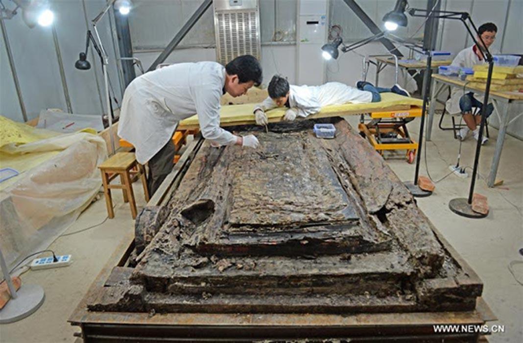 Arqueólogos limpian el ataúd interior de la tumba de hace 2.000 años perteneciente a Haihunhou, Marqués de Haihun, enterrado en Nanchang, en el este de la provincia china de Jiangxi. (Xinhua)