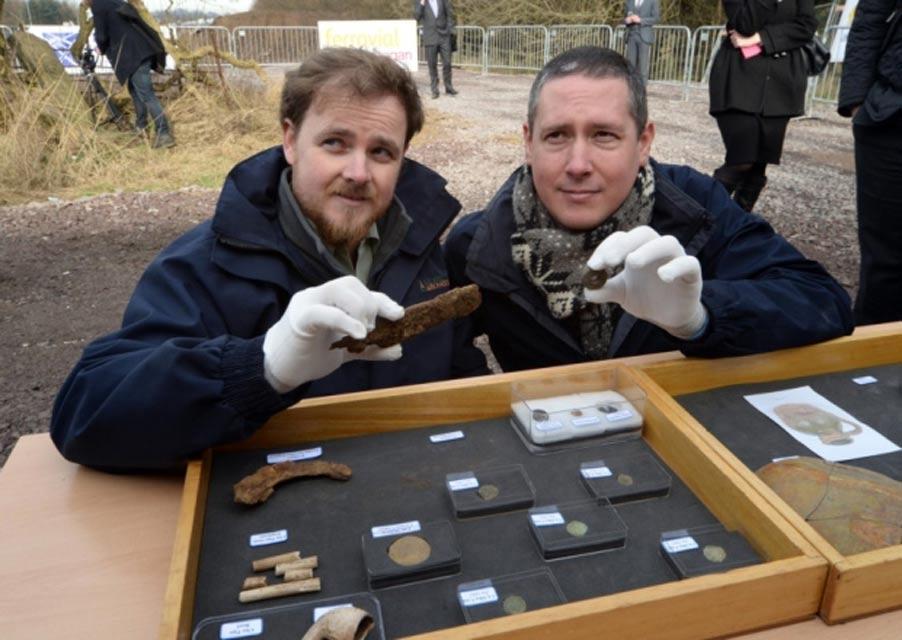 Los arqueólogos Kevin Mooney y Warren Bailie muestran algunos de los objetos hallados en el yacimiento. (Motherwell Times)
