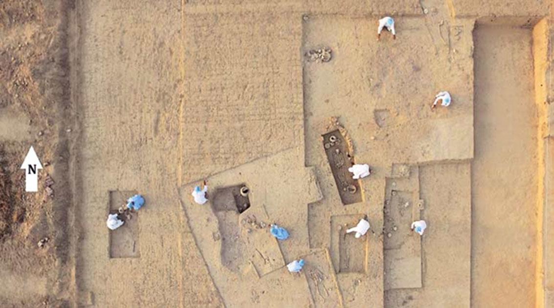 Arqueólogos trabajando en el yacimiento de la necrópolis de Rakhigarhi. (Imagen aportada por los investigadores)
