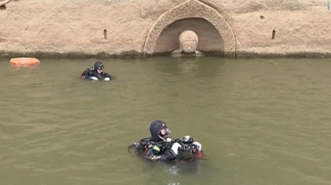 Arqueólogos subacuáticos investigan el hallazgo. (CNN)