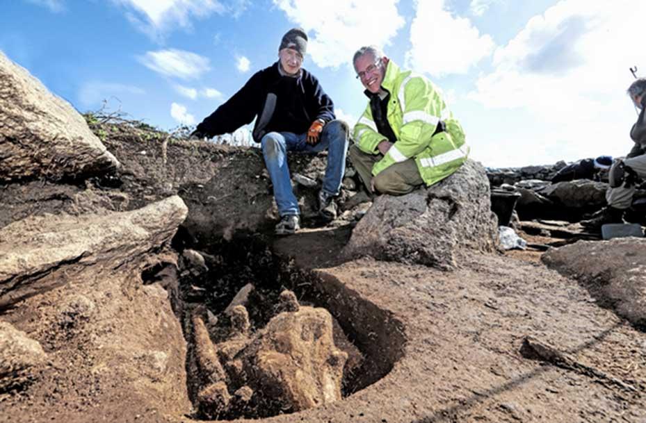 Los arqueólogos Dr. Phil De Jersey, derecha, y Mike Deane, junto a la zanja en la que fue hallado el esqueleto de una marsopa enterrado en una tumba medieval, un hecho que constituye un gran misterio para los arqueólogos. (Peter Frankland)