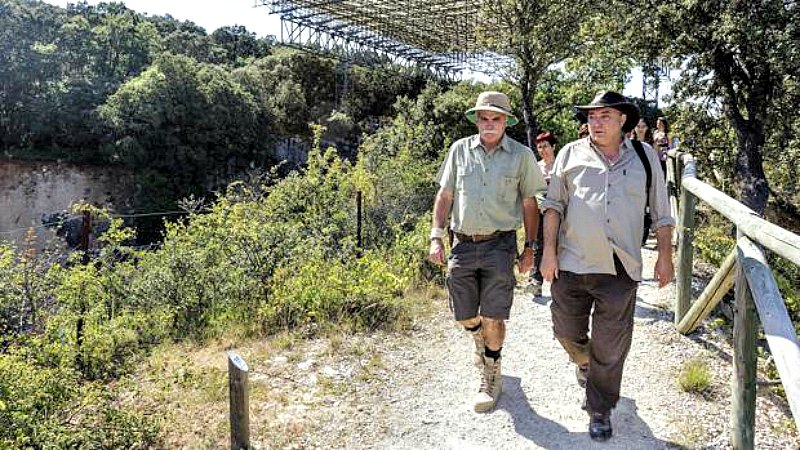 El codirector de los yacimientos de Atapuerca, Eudald Carbonell, a la izquierda de la imagen, junto a los yacimientos. (Fotografía: ABC/ICAL)