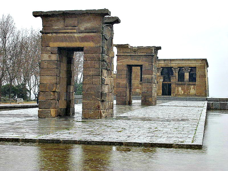 Los elementos arquitrabados que enmarcan el acceso al Templo de Debod. (Panhard/GNU Free)