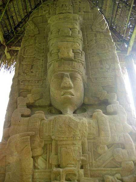 Estela D, cara norte desde Quiriguá, en la que aparece representado el rey K'ak' Tiliw Chan Yopaat. (Stuardo Herrera/CC BY 2.0)