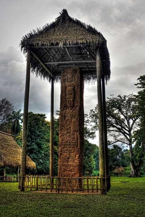 Estela E, monolito en el que aparece representado el rey K'ak' Tiliw Chan Yopaat empuñando un cetro del Dios K. (Daniel Mennerich/CC BY NC ND 2.0)