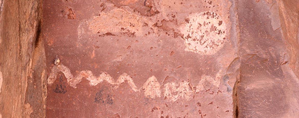 Pintura rupestre del Palatki Heritage Site cercano a Sedona, Arizona (Estados Unidos), en la que se observa la posición del sol respecto a las diversas formaciones de roca en solsticios y equinoccios. (CC BY SA 3.0)