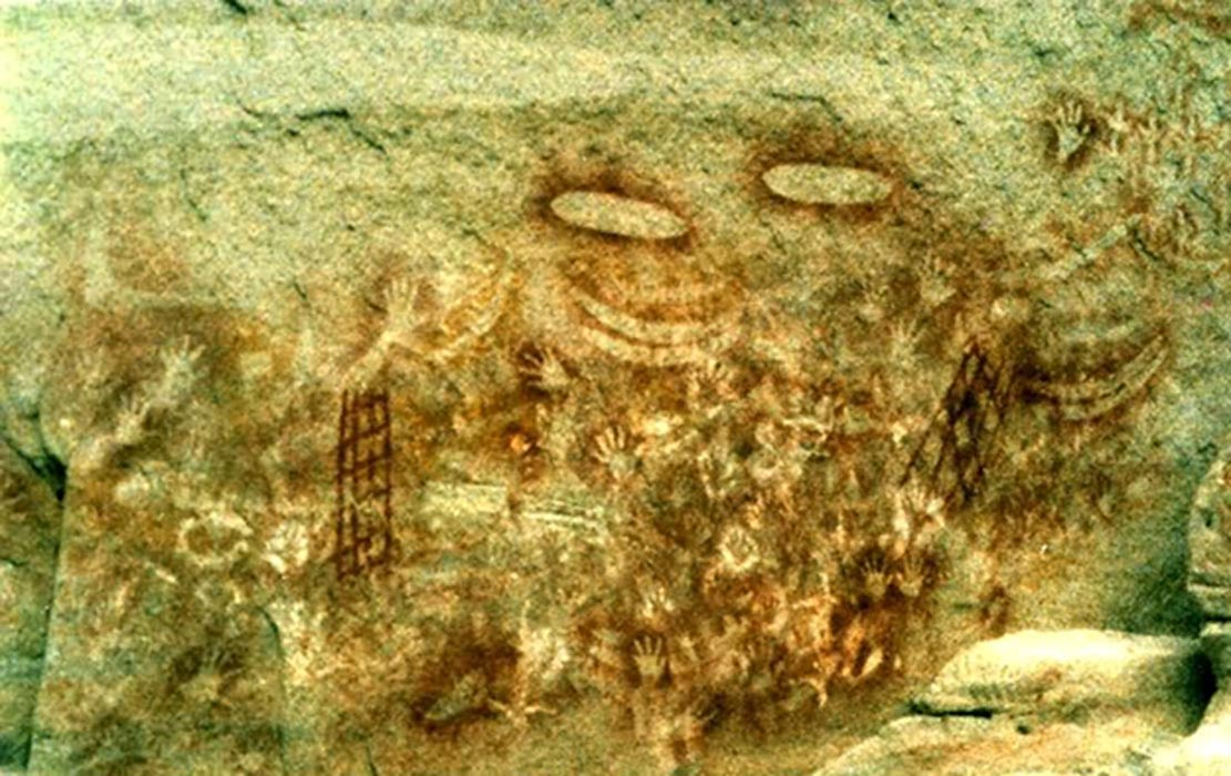 Arte rupestre australiano en el que se observan símbolos de clanes y leyendas del Tiempo del Sueño en las que quedan reflejados los intentos por atrapar los espíritus de los difuntos. (Public Domain)