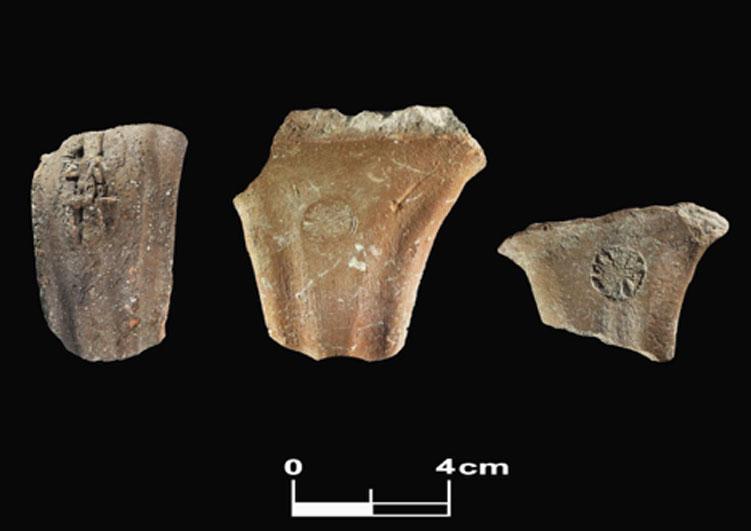 Asas judaítas estampadas con diferentes sellos: de izquierda a derecha: LMLK, sello privado (con los nombres L'Z'R/HGI) y roseta. Halladas en Tel Burna (Fotografía: The Tel Burna Archaeological Project)
