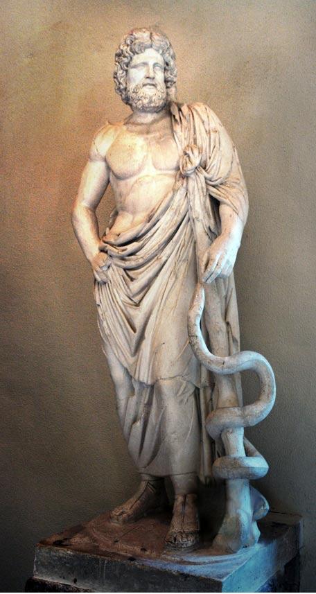 Asclepio con su báculo y la serpiente enroscada a su alrededor. Museo Arqueológico de Epidauro (Public domain)