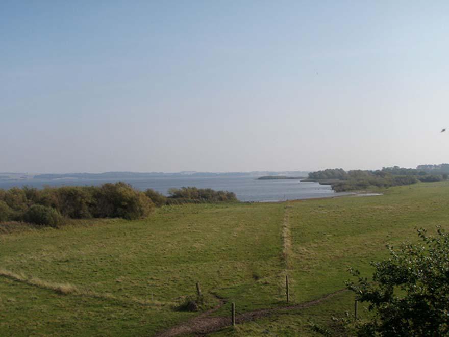 El asentamiento de Tissø, que era bastante rico y quizás sede del trono de un monarca vikingo, se encontraba junto a este gran lago, conectado con el mar a través de un río. (Vastgoten/CC BY SA 3.0)