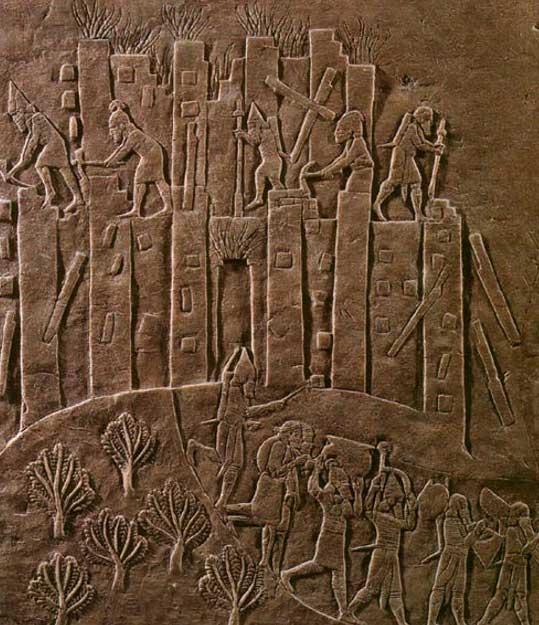 La campaña de Asurbanipal contra la cercana Susa aparece triunfalmente reflejada en este relieve que ilustra el saqueo de Susa del año 647 a. C. La ciudad es pasto de las llamas mientras soldados asirios proceden a su demolición con picos y palancas y se llevan sus despojos. Imagen meramente ilustrativa.(CC BY-SA 3.0)