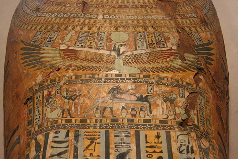 Ataúd de la momia de Pedusiri en el que podemos observar una imagen de la diosa Nut con las alas extendidas. Egipto dinástico tardío o principios del período grecorromano, circa 500 a. C. – 25 a. C. Museo de Arte de Milwaukee, Wisconsin (Public Domain)