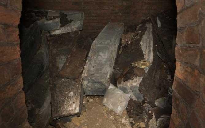 Los ataúdes de plomo de los arzobispos de Canterbury hallados recientemente en el interior de una cripta oculta. Fotografía: Heathcliff O'Malley