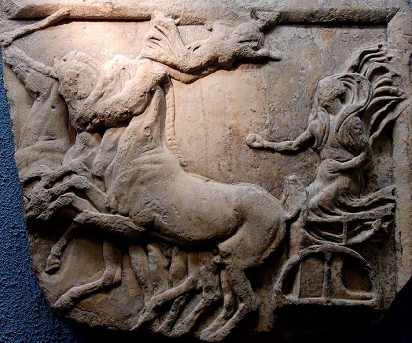 Atenea Niké conduciendo una cuádriga a la victoria en un relieve de la antigua Grecia; las carreras de cuádrigas eran populares en todo el mundo clásico. (Wikimedia Commons/Jastrow)