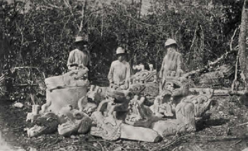 Augustus Le Plongeon y algunos de sus trabajadores posan junto a una colección de esculturas mayas cerca de la pirámide principal de Chichén Itzá, (1875). Fotografía publicada en 'A Dream of Maya', libro de Lawrence Gustave Desmond (aportada por el autor)