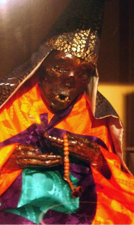 El monje auto-momificado Enmyokai (murió en 1822). Fotografía: Ken Jeremiah