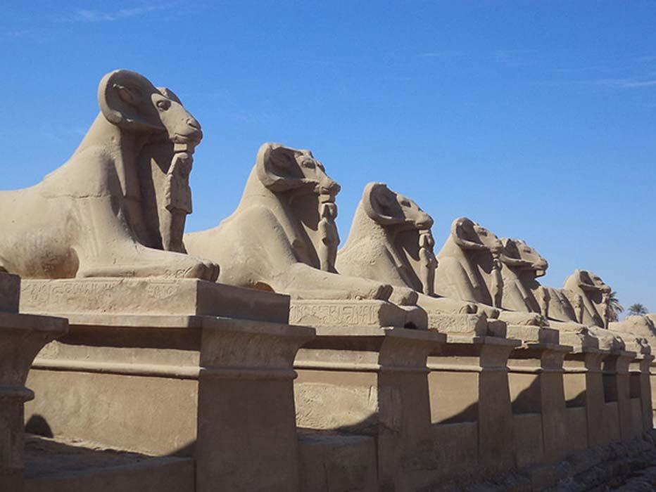 Avenida de las esfinges desde el Templo de Karnak en dirección a Luxor (CC BY-SA 4.0)