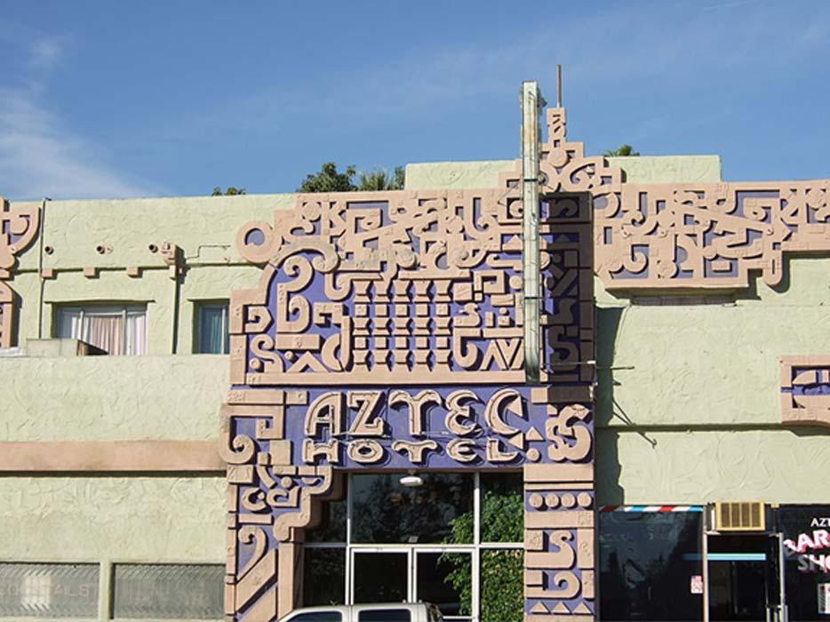 El Aztec Hotel de Robert Stacy-Judd, inspirado en la antigua arquitectura maya (CC BY-SA 2.0)