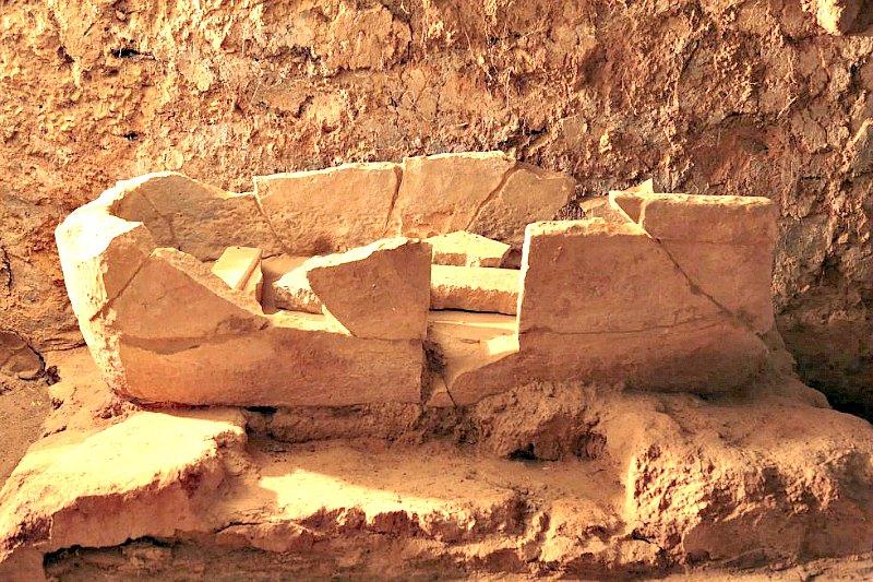 Elemento con forma de bañera: uno de los hallazgos más insólitos del yacimiento tartésico del Turuñuelo, en Badajoz. (Fotografía: El País/Carlos Martínez)
