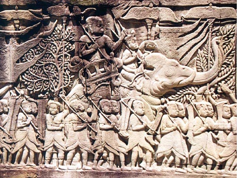 Comparados con los magníficos arte y arquitectura de la antigua capital de Angkor Wat, podría parecer como si a la nueva capital, Longvek, le hubiese tocado presidir una época oscura. Pero las recientes investigaciones llevadas a cabo en Longvek demuestran que los camboyanos siguieron comerciando con otras naciones de Asia Oriental, y que presentaban otros rasgos propios de una civilización. En este relieve de Angkor podemos observar una escena de batalla en la que aparece un elefante. (Manfred Werner/CC BY SA 3.0)