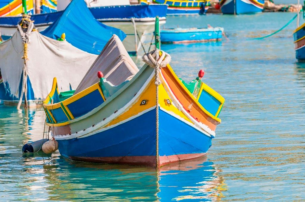 Podemos ver sendos ojos de Horus a ambos lados de esta barca tradicional maltesa (Luzzu) anclada en el puerto de Marsaxlokk (Malta) (Aníbal Trejo/Adobe Stock).