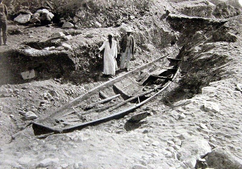 Fotografía tomada en 1895 en la que se muestra la barca encontrada cerca de la Pirámide de Sesostris III, en la necrópolis de Dashur. (Public Domain)