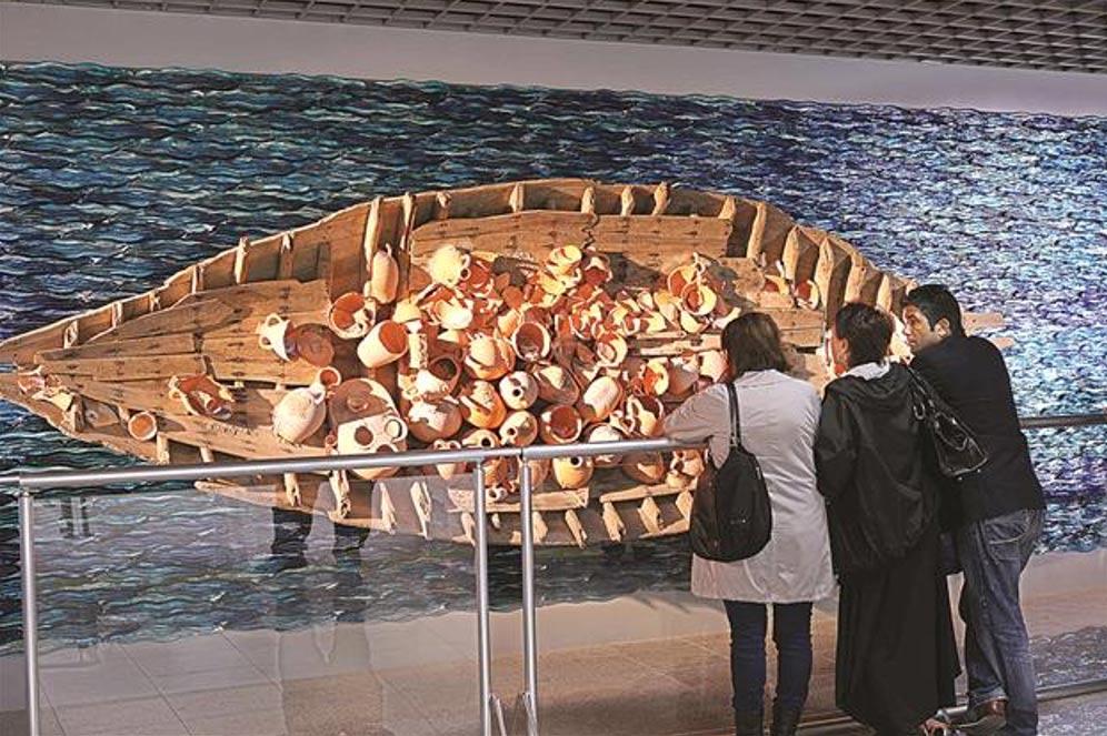 Barco antiguo restaurado expuesto en Estambul junto con los objetos que contenía (Hurriyet Daily News photo)