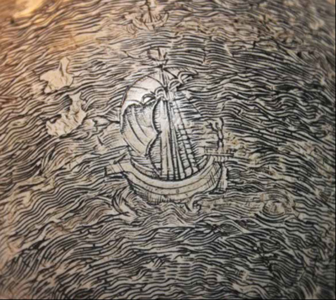 Un barco solitario surca las olas del Océano Índico en el sorprendente globo terráqueo grabado sobre cáscara de huevo de avestruz. Fotografía: Washington Map Society