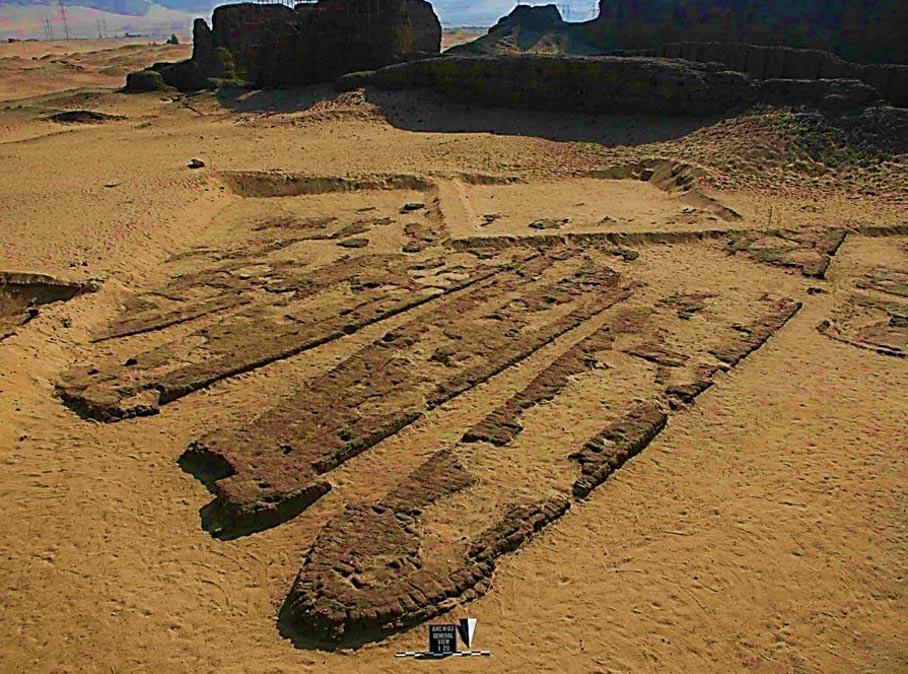 Algunas de las barcas de Abydos en sus tumbas de ladrillo. (Maritimehistorypodcast.com)
