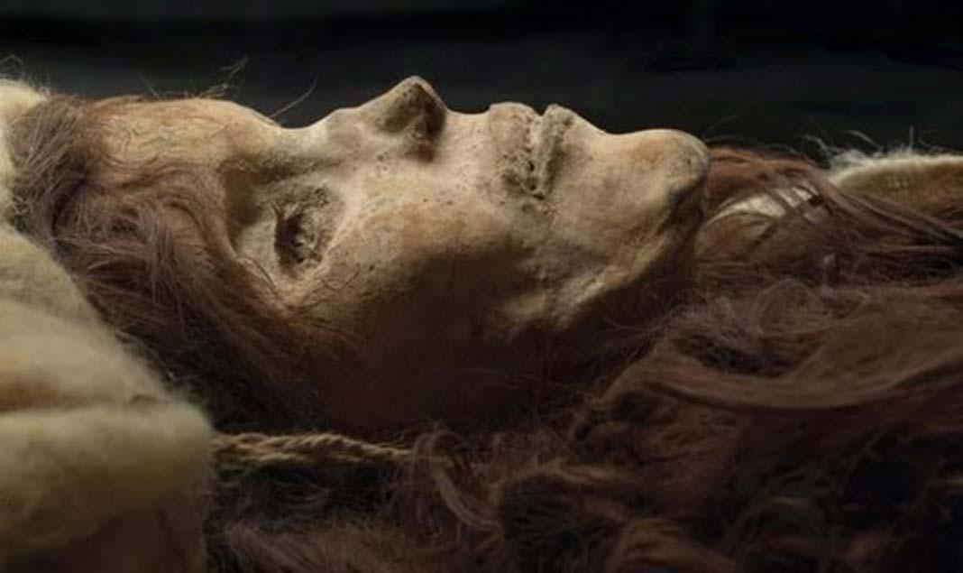 La Bella de Loulan, una mujer momificada de hace 3.800 años con rasgos caucásicos descubierta en la cuenca del Tarim (Sott.net).
