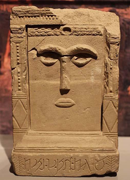 Diosa Al-'Uzza - su imagen se puede encontrar por toda Petra en numerosos 'betilos', tallas religiosas realizadas sobre losas de piedra. (Zcmetallica/CC BY-SA 3.0)