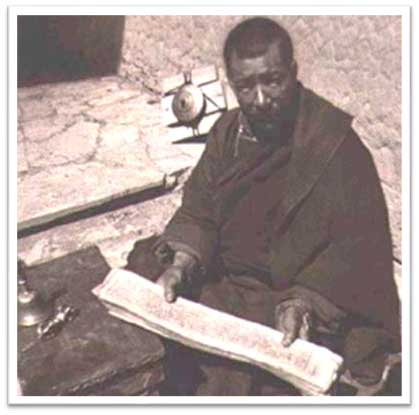 Fotografía del bibliotecario jefe del monasterio de Hemis durante la visita de Gasque y Caspari