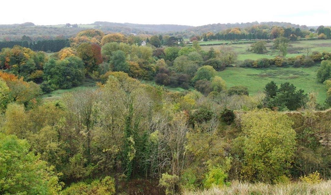 Vista aérea de Birdlip, Gloucestershire, donde fueron descubiertas tres antiguas tumbas celtas que podrían pertenecer a la Reina Boudicca y sus dos hijas. (Wikimedia Commons)
