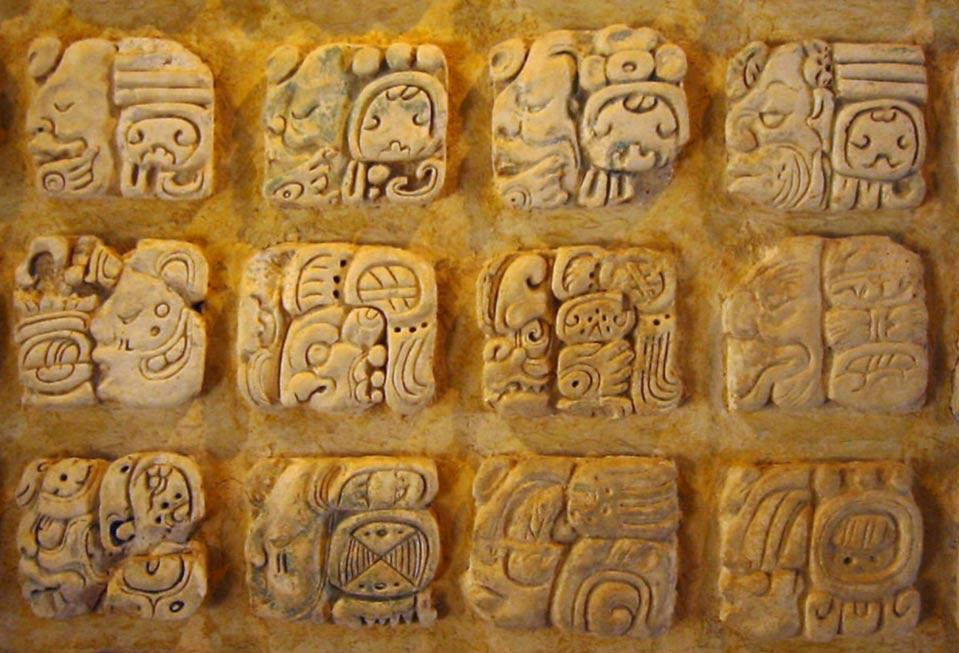 La escritura maya aparece a menudo bajo la forma de bloques, que pueden representar un sonido, una palabra o incluso una frase completa. (Public Domain)