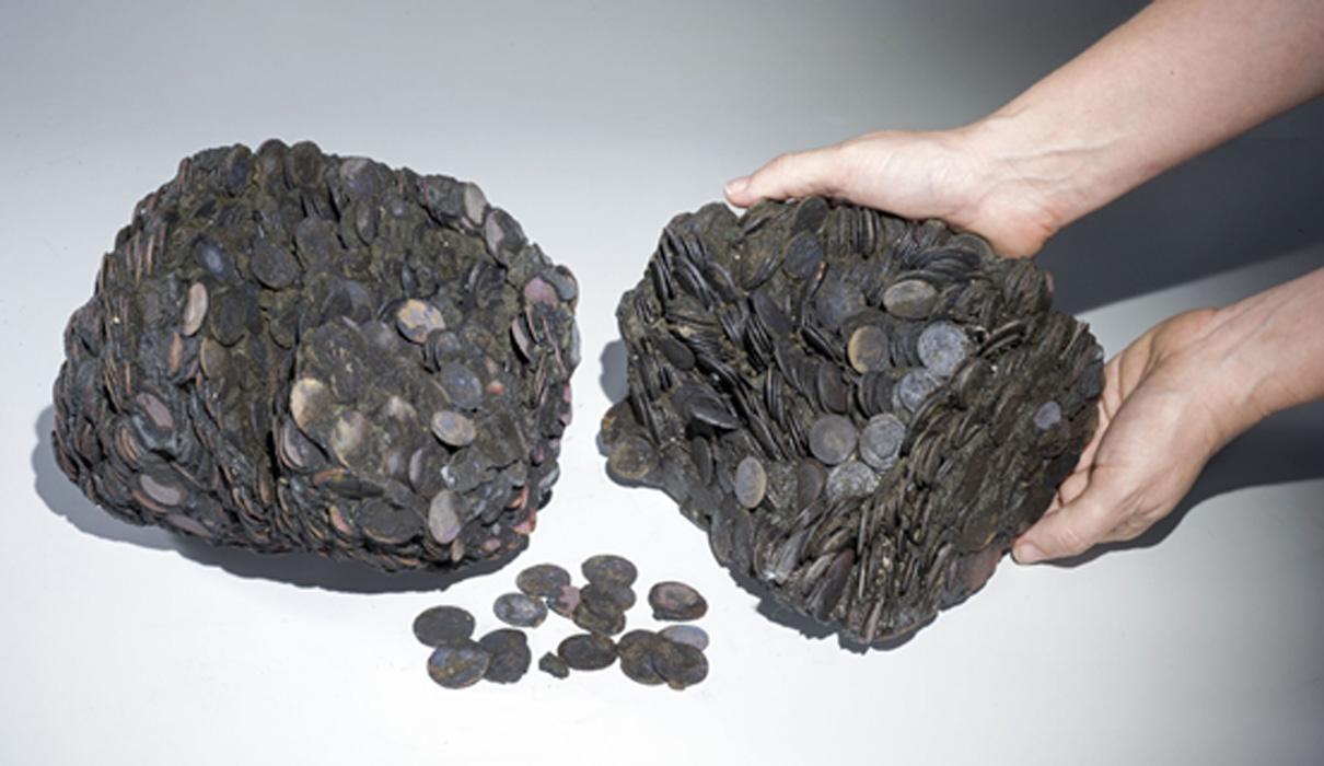 Bloques de monedas descubiertos en el lecho marino cercano a Cesarea. Su peso total está cerca de los 20 kilogramos. Fotografía: Clara Amit, cortesía de la Autoridad de Antigüedades de Israel.