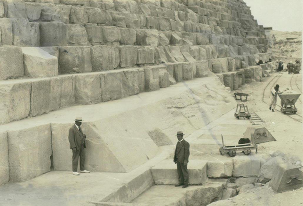 En esta fotografía se observan algunos de los grandes bloques de piedra que formaban parte del revestimiento externo original de la Gran Pirámide. (Thomas Fisher Rare Book Library / Flickr)