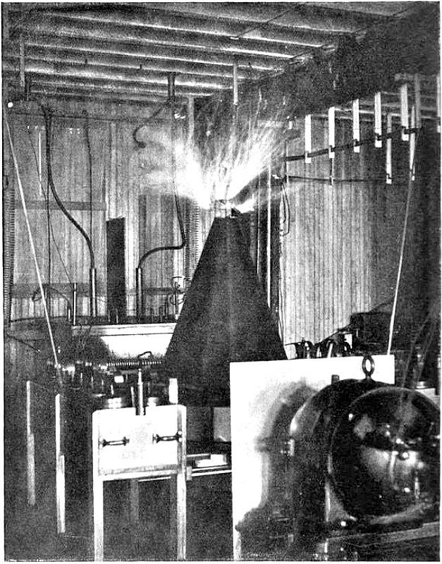 Una de las primeras bobinas de Tesla construidas por Nikola Tesla en su laboratorio hacia el año 1895. (Thomas Commerford Martin/Public Domain)
