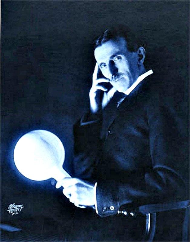 El inventor Nikola Tesla demostrando la posibilidad de transmisión de energía eléctrica sin cables, probablemente en su laboratorio de Nueva York en la década de 1890-1900. Tesla inventó un sistema de iluminación para viviendas sin utilizar cables ya en 1889. (Public Domain)