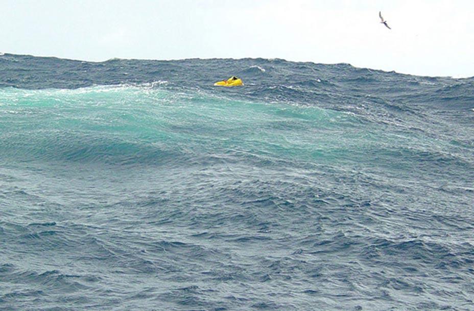 Los marineros del USNS Comfort fotografiaron este bote salvavidas en aguas del Atlántico cercanas a las Bermudas en el transcurso de una misión de búsqueda y salvamento. (U.S. Navy Journalist 2nd Class J. Maurer)