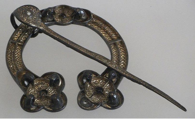 Broche de Rogart, ejemplo de broche penanular picto, Escocia, siglo VIII, plata dorada y vidrio. (Johnbod/CC BY SA 3.0)