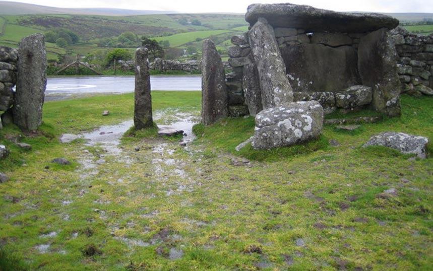 Recinto para ganado de la Edad del Bronce con un posible dolmen en Dartmoor, también situado en el Condado de Devon, en Inglaterra (Foto: Nigel Cox/Wikimedia Commons)