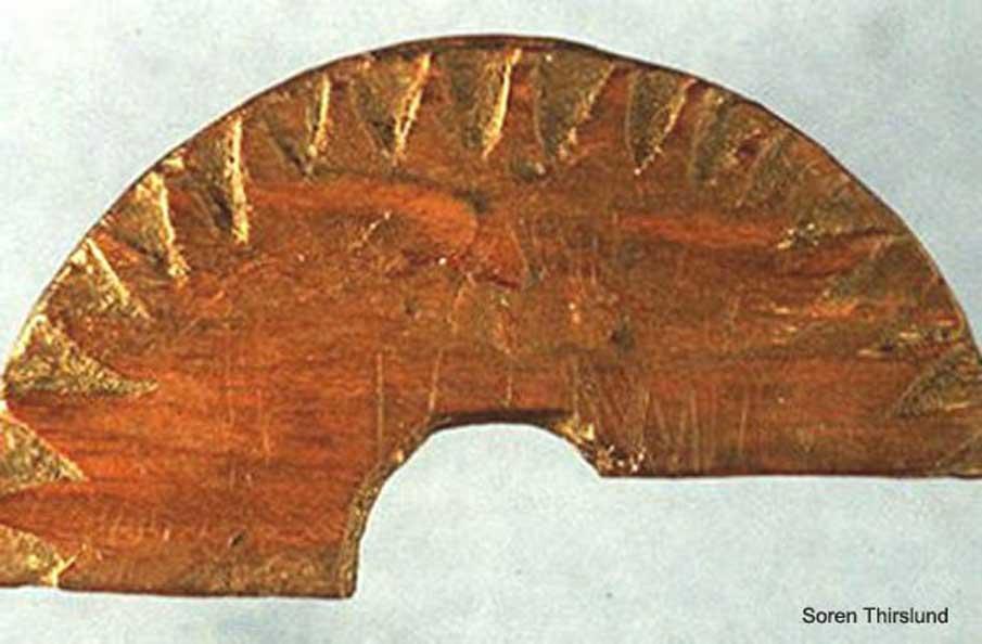 Fragmento de madera descubierto en Uunartoq, Groenlandia, en 1948. Se cree que era una brújula solar (similar a un reloj de sol) utilizada para determinar el rumbo durante la navegaación. Crédito de la imagen: Soren Thirslund.